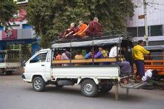 现代搬运工-乘客卡车,曼德勒市的公共交通工具 库存图片