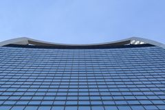 现代摩天大楼底视图在商业区在夏天 库存照片