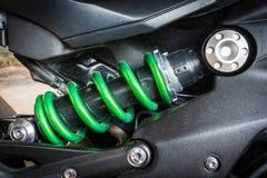 现代摩托车缓冲器吸收的颠簸和振动一个设备,特别是在有污点的一辆机动车从raindr 免版税库存照片