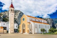 现代教会在老镇Omis,克罗地亚 免版税库存图片