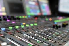 现代数字广播音频混合的控制台 免版税库存照片
