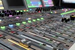 现代数字广播音频混合的控制台 免版税库存图片