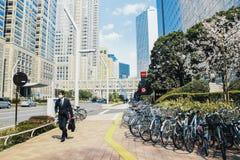 现代新宿商业区街道在东京 图库摄影