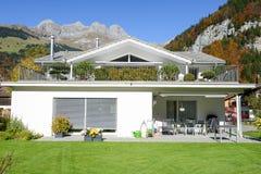 现代新房在瑞士阿尔卑斯的昂热尔贝格 免版税库存图片