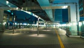 现代新桥驻地在东京在晚上-印象深刻的建筑学-东京,日本- 2018年6月12日 免版税图库摄影