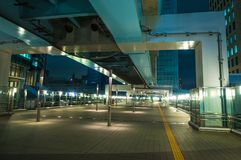 现代新桥驻地在东京在晚上-印象深刻的建筑学-东京,日本- 2018年6月12日 库存照片