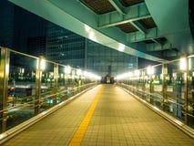 现代新桥驻地在东京在晚上-印象深刻的建筑学-东京,日本- 2018年6月12日 免版税库存照片