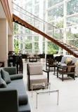 现代旅馆内部大厅的休息室 库存图片