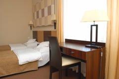 现代旅馆卧室 免版税库存图片