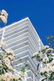 现代旅馆复合体低角度射击 免版税图库摄影