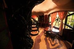 现代旅馆树拼花地板的室从门道入口 免版税库存照片