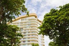 现代旅馆,在海滩旁边的公寓。 免版税库存图片