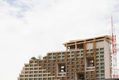 现代旅馆,在海滩旁边的公寓。 免版税库存照片