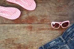 现代时兴的太阳镜和凉鞋 免版税库存图片