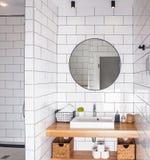 现代时髦的卫生间内部 库存图片