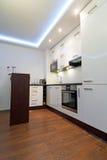 现代明亮的厨房内部 库存照片