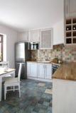 现代明亮的家庭的厨房 库存图片