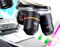 现代显微镜详细资料  图库摄影