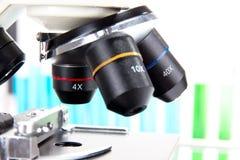 现代显微镜详细资料  免版税库存照片