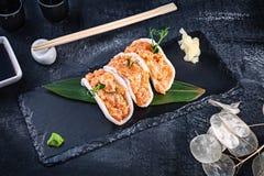 现代服务的金枪鱼三文鱼用在米芯片的鲕梨 r 生海鲜 未加工的金枪鱼与microgreen和Tobiko鱼子酱 免版税库存照片