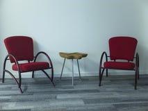 现代木桌和两把舒适的扶手椅子 库存照片