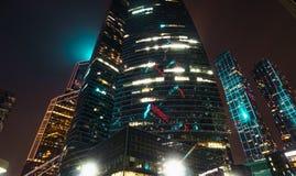 现代未来派摩天大楼大厦在商业中心在莫斯科市在与有启发性窗口和光的晚上 免版税库存照片