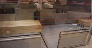 现代机械工具削减木粱,工业内部,家具工厂,家具生产,特写镜头 影视素材