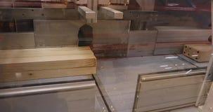现代机械工具削减木粱,工业内部,家具工厂,家具生产,特写镜头 股票视频