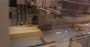现代机械工具削减木粱,工业内部,家具工厂,家具生产,特写镜头 股票录像