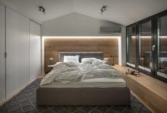 现代样式的时髦的卧室与光亮灯 免版税库存照片