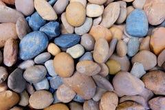 现代样式装饰干燥圆的石背景 免版税库存图片