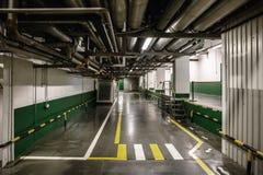 现代植物工业内部有管道和走廊的 免版税库存照片