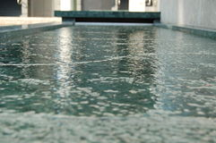 现代水池的喷泉 图库摄影