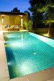 现代池游泳 库存照片