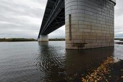 现代汽车桥梁底视图在堪察加河的 俄语远东,堪察加半岛 免版税库存图片