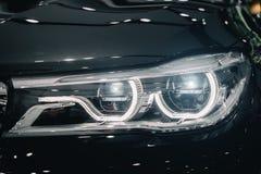 现代汽车特写镜头车灯在期间在夜开光 库存照片