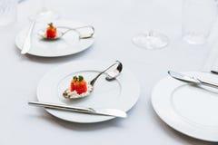 现代法国食物:切成小方块的西瓜用白色易碎乳酪在白色板材的生来有福担当了有利器的开胃菜 库存图片