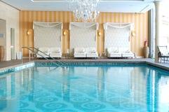 现代温泉在滑雪胜地的豪华旅馆里 库存图片