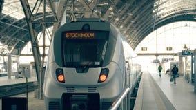 现代火车向斯德哥尔摩 旅行到瑞典概念性介绍夹子 影视素材