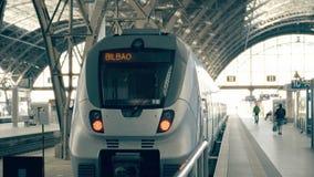 现代火车向毕尔巴鄂 旅行到西班牙概念性介绍夹子 股票视频