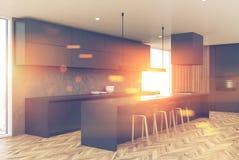 现代灰色和木厨房角落 免版税库存照片