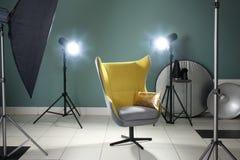 现代照片演播室内部有扶手椅子的 库存图片