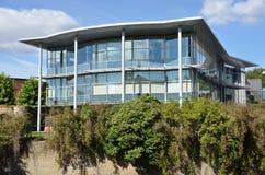 现代玻璃朝向的办公室块 免版税库存照片