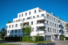 现代白色住宅建设 免版税图库摄影