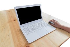 现代白色便携式计算机,老鼠,在木桌, workin上的手 图库摄影