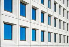 现代白色房子充分的框架视图有蓝色窗口的 库存照片