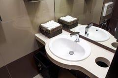 现代白色水槽 免版税库存照片