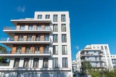 现代白色连栋房屋在柏林 免版税库存图片