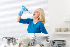 现代的厨房假装唱歌曲给妇女 免版税库存照片