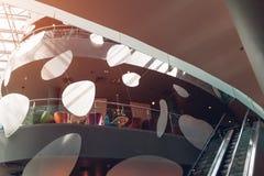 现代的大厦 购物中心室内设计 高科技建筑学 玻璃和金属 在购物中心的咖啡馆 免版税库存图片